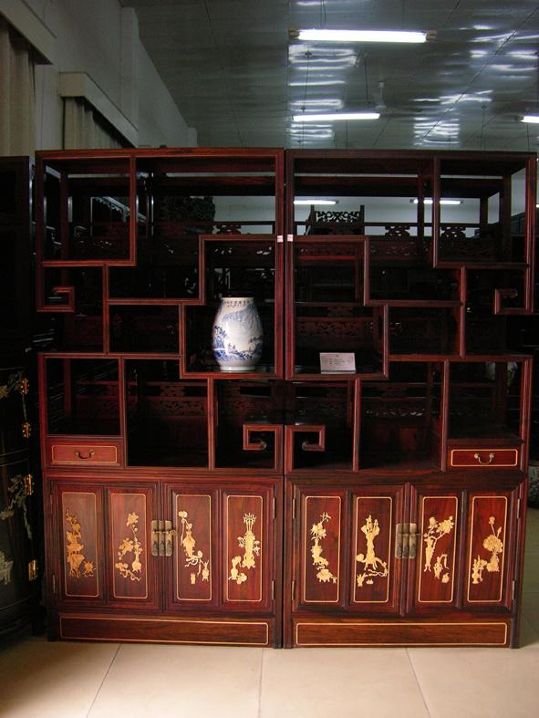 2009年4月18日,由北京金漆镶嵌有限责任公司主办的第二届中华多宝格文化展在金漆公司总部开幕。此次文化展从4月18日至6月18日在公司总部及英明斋、物华苑、金漆艺术馆、金漆宫等连锁展厅同时开展。活动期间还将开展多种形式的优惠酬宾活动。   据悉,第一届中华多宝格文化展于2003年举办,并获得了圆满成功。时隔六年后举办的第二届文化展共有四大特点:一是规模大、品类全(共推出100多个品种);二是品相高雅,作工精良;三是公司多个连锁展厅同时开展;四是拉动内需,面向大众,优惠酬宾。   据金漆公司董事长